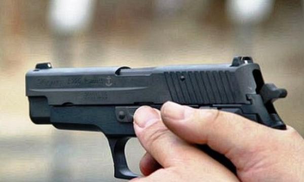 الأمن يشهر سلاحه في وجه شخص يحمل سلاح أبيض عرض المواطنين وعناصر الشرطة لتهديد جدي