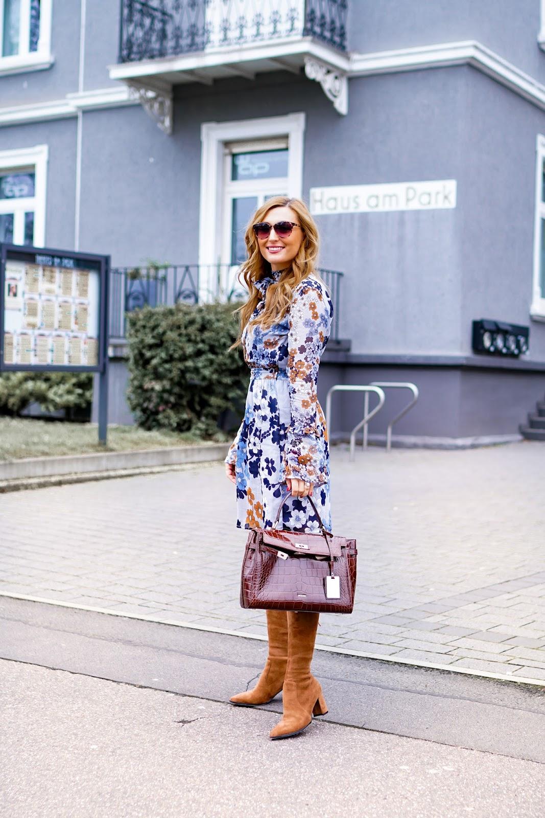 Blumenprint-Kleid-braune-overknees-braune-stiefel