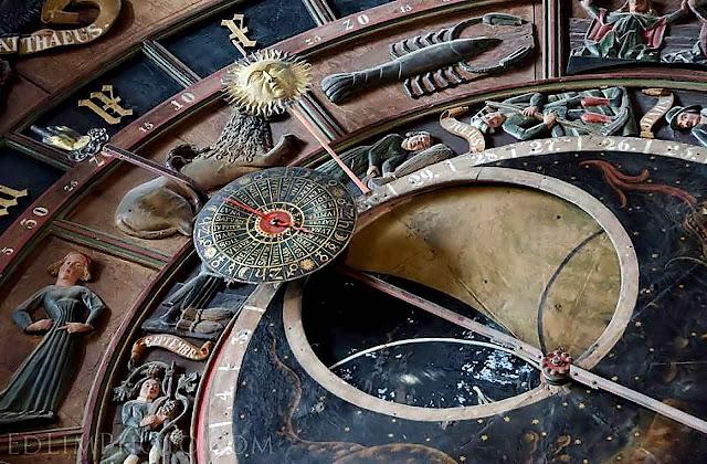 Detalhe do relógio astronômico na igreja de Santa Maria em Rostock, Alemanha, feito em 1472 por Hans Düringer.