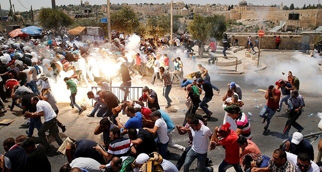 Gila! Terekam Kamera, Ini Aksi Brutal Tentara Israel Tendang Umat Islam yang Sedang Shalat