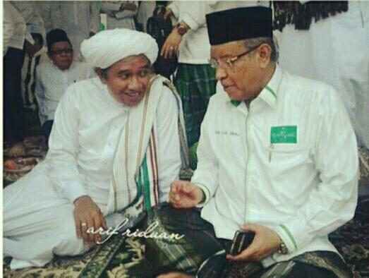 Foto: KH. Said Aqil Siradj bersama KH ahmad Zuhdiannor (Guru Zuhdi) pada Acara Harlah NU ke 91 sekaligus Haul KH. Abdul Qadir Hasan (Guru tuha) ke 40 di Banjarmasin, Sabtu (11/02/2017)
