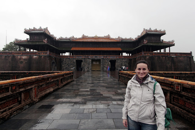 Lena frente a la entrada de la ciudadela de Hue