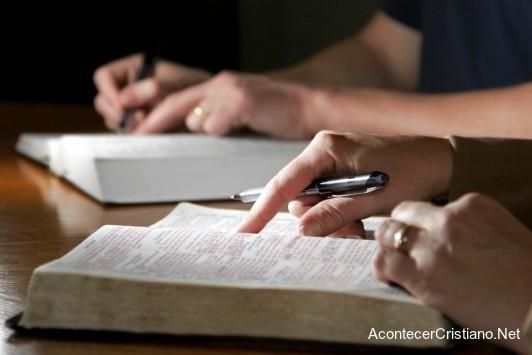 Cristianos estudiando la Biblia
