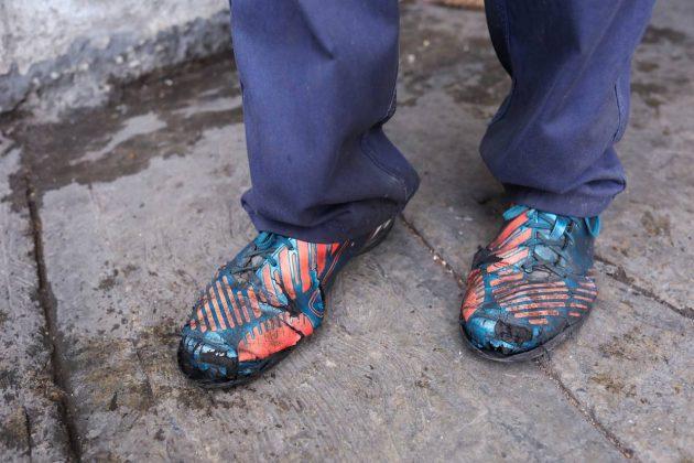 Zapatos rotos y desgastados, una expresión de la crisis en Venezuela