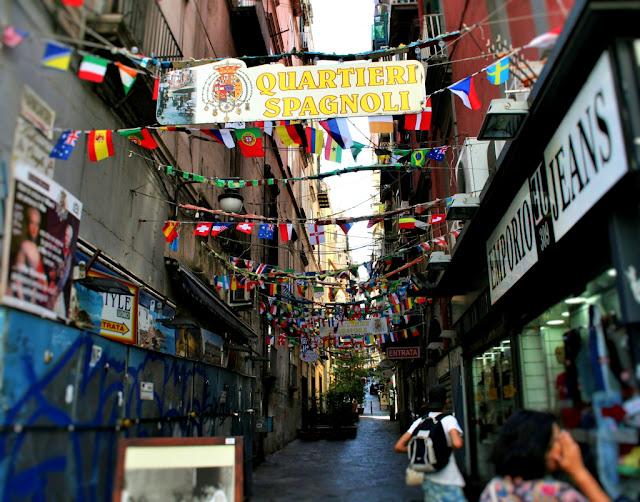 turisti, vie centrali, Napoli, quarteri spagnoli, bandierine, centro città