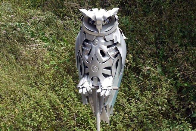 02-Eagle-Owl-Ptolemy-Elrington-Hubcap-Creatures-and-other-Car-Parts-Animal-Sculptures-www-designstack-co