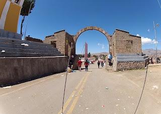 Arco que simboliza a passagem da Bolívia para o Peru.