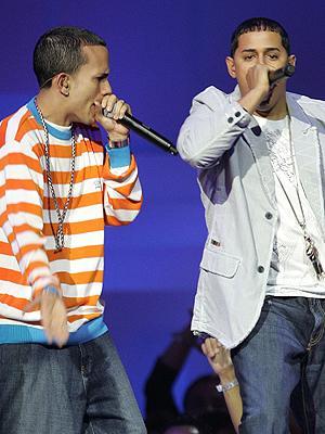 Foto de Angel y Khriz cantando en el escenario