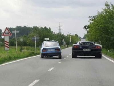 voiture double une auto de sport sur route