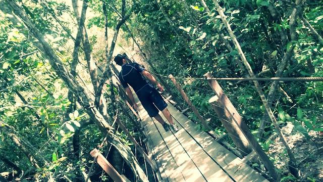 Trilha da cachoeira na Lokinhas é quase toda em pontes.
