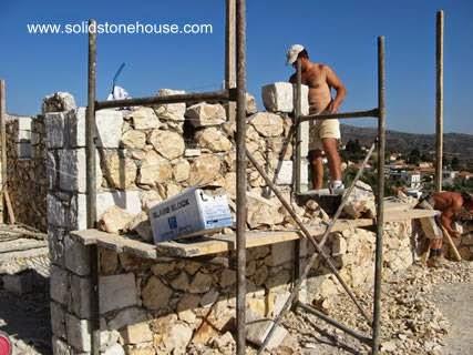 Casa de piedra en construcción