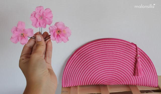 bolso fucsia, buganvilla y rosa con horquillas de flores