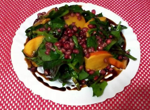 Receita de salada com caqui espinafre e romã