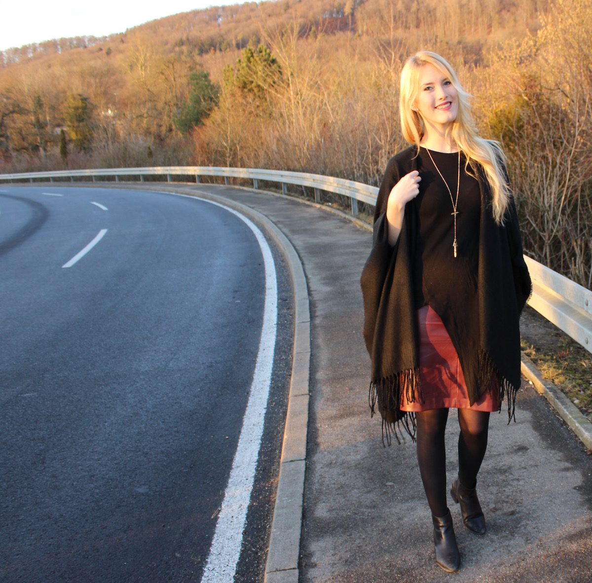 The Blonde Lion Howtostyle Layering Look Lagenlook Outfit Lederrock bordeaux Cape schwarz