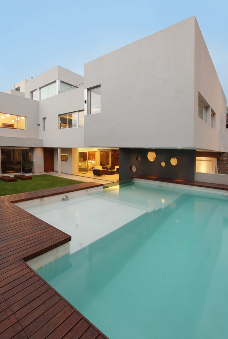 Backyard of Modern Villa Devoto by Andres Remy Architects with swimming pool