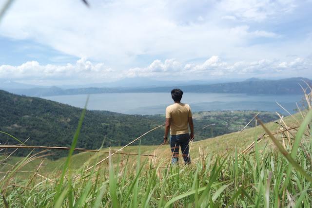 pemandangan danau singkarak dari puncak gagoan