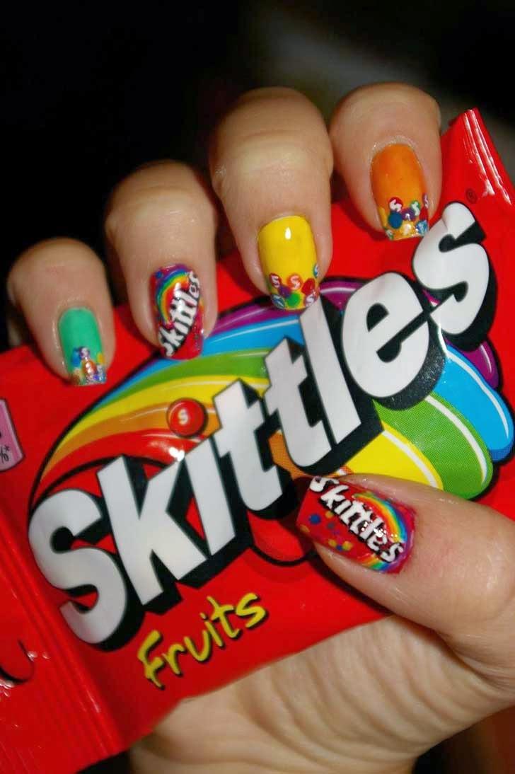Coloridas uñas Skittles.