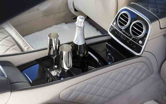 Tựa tay ngăn cách giữa hai hàng ghế Mercedes Maybach S600 2017 thiết kế sang trọng với nhiều tiện ích bên trên