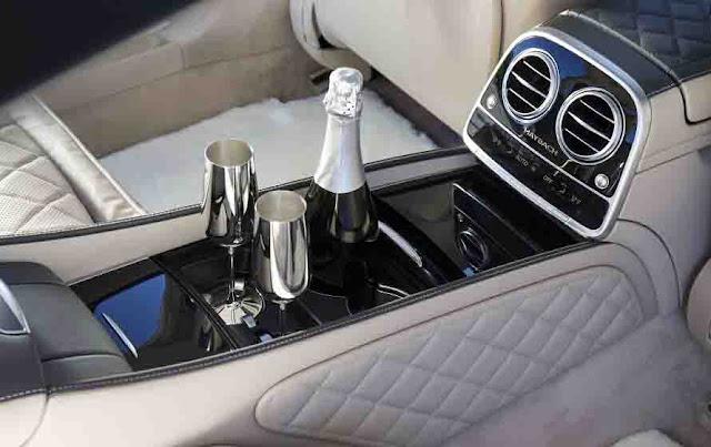 Tựa tay ngăn cách giữa hai hàng ghế Mercedes Maybach S650 2019 thiết kế sang trọng với nhiều tiện ích bên trên