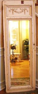 Recuperare una vecchia porta per realizzare uno specchio in stile shabby