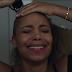 """""""Felicidade Por Um Fio"""": novo filme da Netflix fala sobre se libertar da busca pela perfeição (e do cabelo liso!)"""