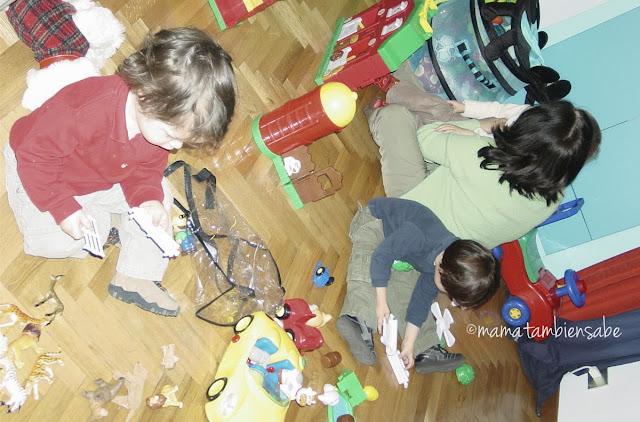 Niños pequeños aprenden mientras juegan