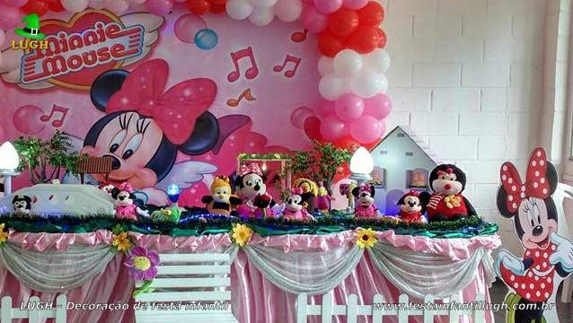 Mesa decorada Minnie rosa forrada de tecido para festa de aniversário infantil
