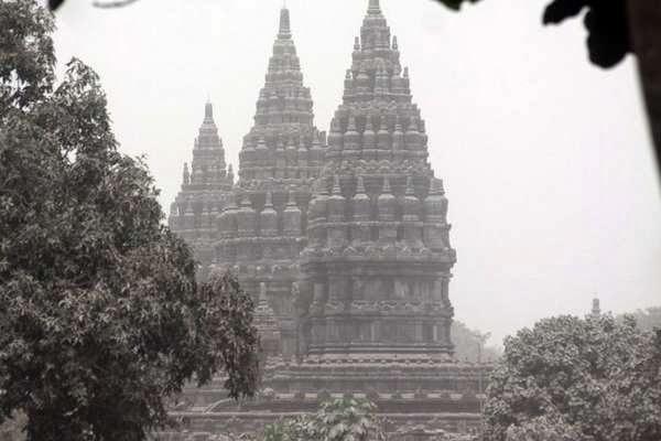 Hujan Abu, Prambanan Bagai Tertutup Salju