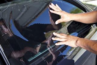 Comment enlever du film solaire sur des vitres de voiture