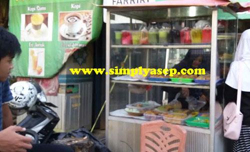 PILIH :  Juadah Ramadhan terdiri dari kue basah, kue manis dan kue kering yang dibandrol mulai dari harga 1000 rupiah.  Foto Asep Haryono
