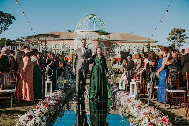casamento real, casamento a céu aberto, casamento no jardim, casamento no campo, passarela de espelho, flores do campo, cerimônia, decoração de cerimônia, varal de lâmpadas, relicário, buquê da noiva, bouquet, vestido de noiva, vestido de renda, villa giardini, entrada do noivo