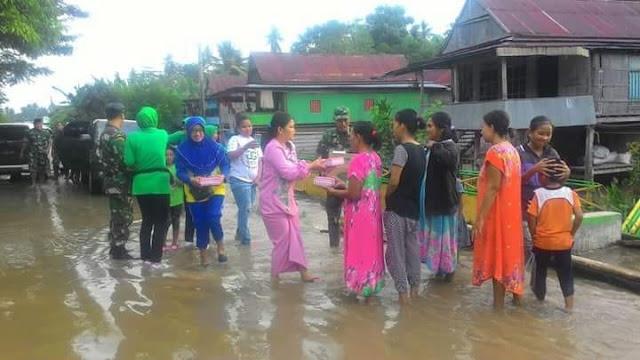 Patut ditiru, Kodim 1423 Soppeng Bagi Takjil di Lokasi Banjir