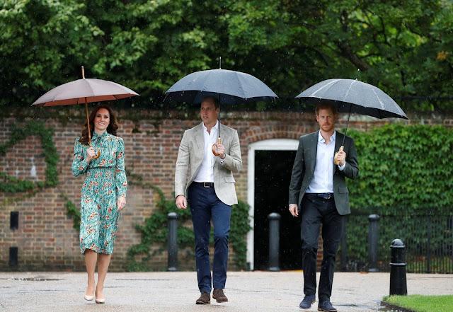 Os príncipes William e Harry visitaram nesta quarta-feira (30) um jardim criado junto ao Palácio de Kensington em memória de sua mãe, Diana, para lembrar o 20º aniversário de sua morte.