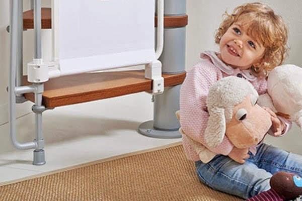 Bebé al lado de unas escaleras