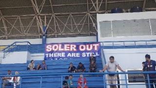 Bobotoh Bentangkan Spanduk 'Soler Out'  di Sesi Latihan Persib