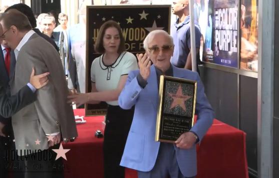 Charles Aznavour con estrella en el Paseo de la Fama