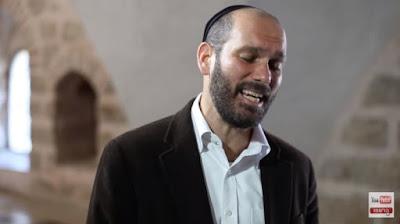 "Yonatan Razel interpretando la canción ""Katonti""."