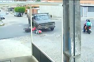 Motociclista sai ileso ao colidir com caminhão e parar embaixo do veículo em CG; veja vídeo
