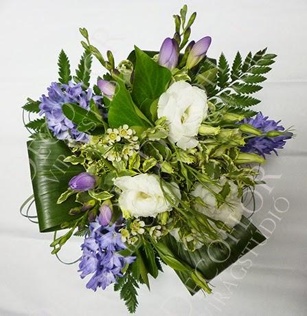 Szülőköszöntő csokor tavaszi virágokból, jácint, liziantusz