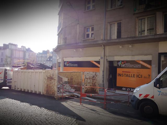 Là, l'ancienne boutique de souvenirs bretons... en travaux aussi pour un nouveau café/restaurant « hype » !