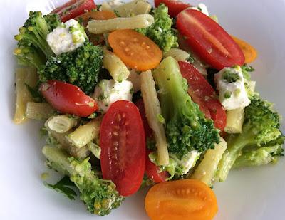Sałatka z brokuła, fasolki, pomidorków i sera feta