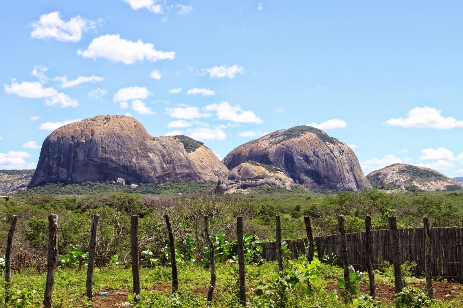 7c4b0c693 Outra formação curiosa nos arredores da cidade de Quixeramobim, que deve  ficar a uns 15 km de Quixadá, por esse motivo que o filme se chama de Área  Q, ...