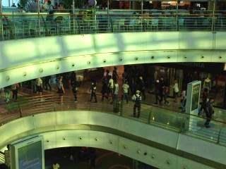 Centenas de jovens invadiram ontem ao final da tarde o Centro Comercial  Vasco da Gama  c7e9a9be06eb2