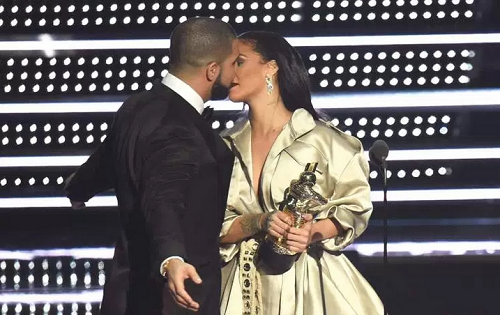 Drake Kisses Rihanna On Stage As He Presents An Award To Her At The VMAs