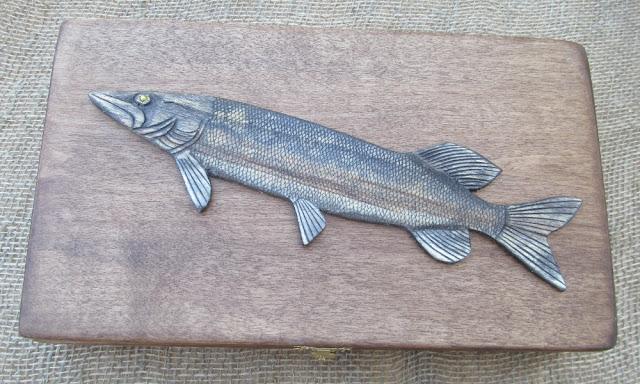 Деревянная шкатулка в подарок рыбаку