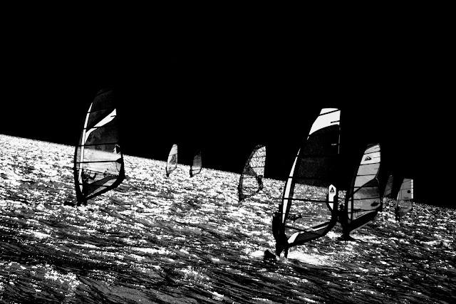 Wind-surfing, Jezioro Garda, Włochy Czarno-biała fotografia krajobrazu. fot. Łukasz Cyrus