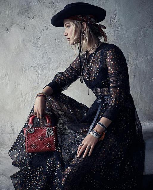 ceb5381203d A diretora criativa da Dior Maria Grazia Chiuri fez uma viagem à figura  feminina primitiva nesta coleção