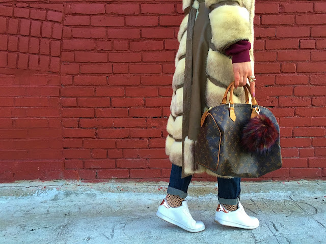 fur coat, vintage coat toronto, vintage fur coat, how to wear fur coat, kako nositi krznenu bundu, louis vuitton monogram bag, how to wear white sneakers, kako nositi mrezaste carape, winter style, what to wear in the winter, how to wear sweatshirt, kako nositi duksericu, toronto blogger, toronto style, toronto streetstyle, canadian fashion blogger, modne blogerke