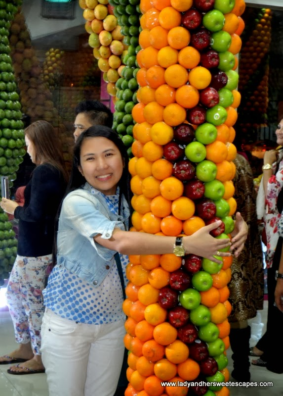 clusters of oranges and apples at Juice World Dubai