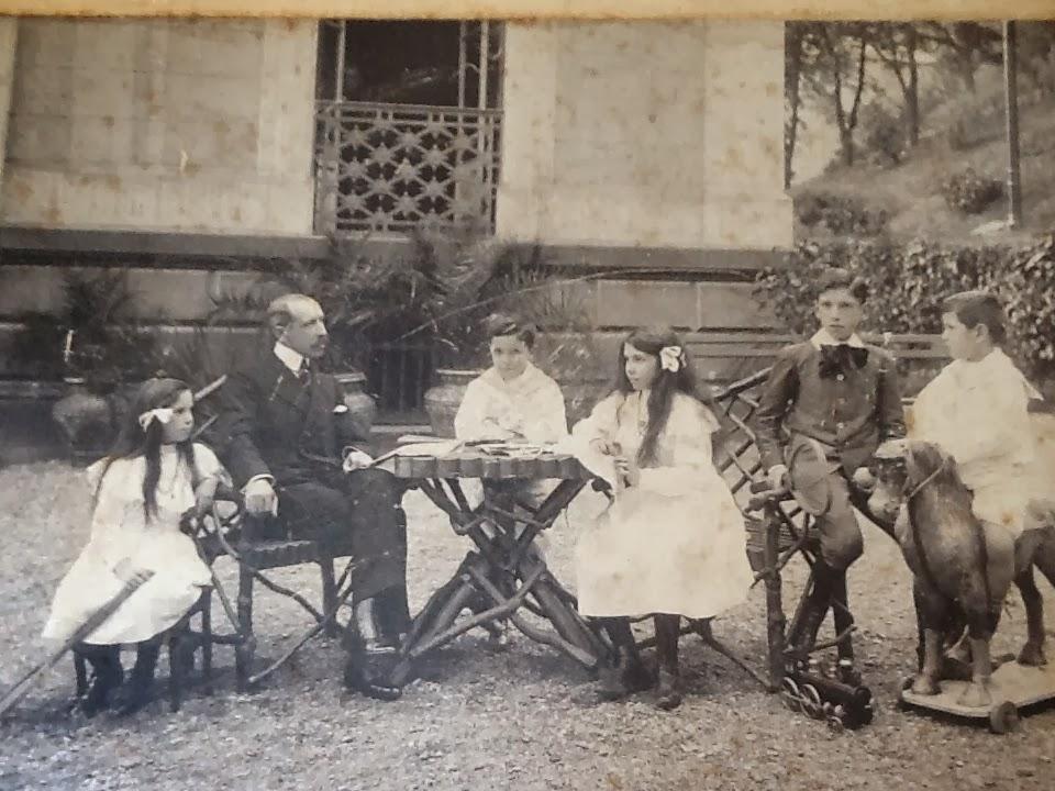 ab4d682c3e de izquierda a derecha:María,Mariano Vilallonga padre,Luis,Dolores,José  María y Rafael,en la Cava de Deusto.
